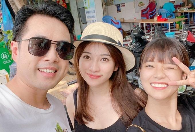Ca sĩ - diễn viên Hoàng Yến Chibi (phải) hội ngộ đàn anh khi tới Nha Trang vui chơi.