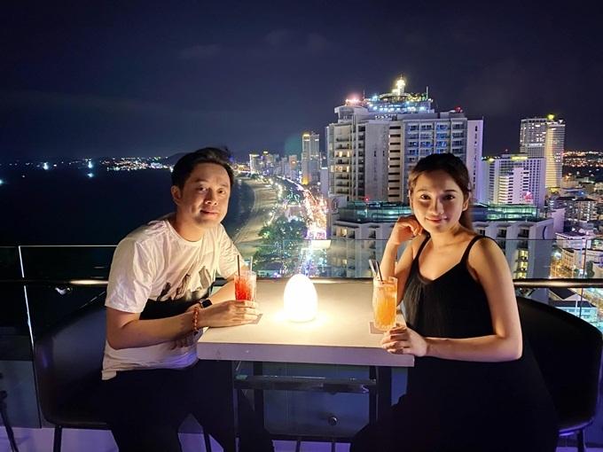 Vợ chồng Dương Khắc Linh tận hưởng không gian riêng tư bằng bữa tối lãng mạn tại nhà hàng hàng sang trọng. Sara Lưu thấy may mắn vì cô ăn ngon miệng và không kiêng kỵ bất cứ món nào, ngoại trừ những thực phẩm không tốt cho mẹ bầu.