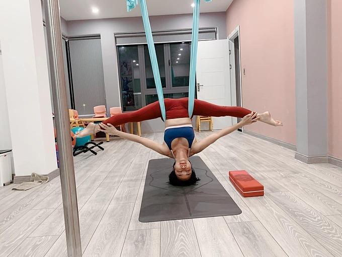 Mỗi ngày Ốc Thanh Vân đều cố gắng duy trì tập luyện tại nhà. Đây là bộ môn không chỉ giúp cô giữ dáng, nâng cao sức khỏe mà còn giúp giải tỏa mệt mỏi, tinh thần thêm khỏe khoắn.