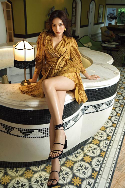 Toàn bộ trang phục lần này được nhà thiết kế lấy cảm hứng từ mùa hè xứ nhiệt đới với những gam màu như vàng, cam, trắng, be... .