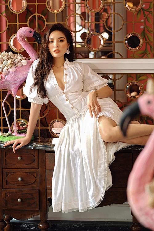 Lê Thanh Hòa chia sẻ: Covid-19 đã khiến nền kinh tế của cả nước ảnh hưởng nặng nề, trong đó có những người làm thời trang cao cấp như chúng tôi. Nhưng điều đó vẫn chưa thấm vào đâu so với ngành du lịch. Tôi muốn kết hợp giữa thời trang và du lịch, truyền cảm hứng để các cô gái mặc thật đẹp, xách vali lên đường khám phá vẻ đẹp Việt Nam. Mỗi tháng, chúng tôi sẽ đồng hành cùng một nàng thơ để quảng bá cho một địa danh nổi tiếng trong nước.