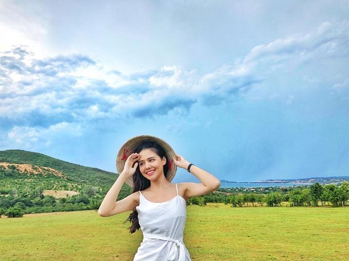 Có chồng là thiếu gia nổi tiếng, bản thân cũng tự kinh doanh nên Phanh Lee có thể thoải mái tài chính du lịch sang chảnh nước ngoài nhưng cô nàng diễn viên Hà Nội lại ưu tiên các điểm đến trong nước. Phương Anh đội nón lá, diện váy trắng dịu dàng ở gần Bàu Trắng, Mũi Né, Phan Thiết trong chuyến đi năm ngoái.