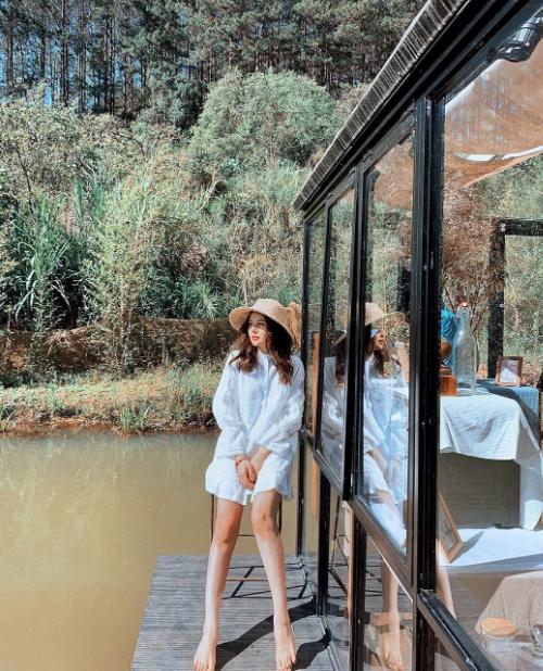 Người đẹp cập nhật liên tục các khu nghỉ mới ở Đà Lạt, thường là các homestay mang phong cách mộc mạc, bình dị. Một trong số đó là khu nhà kínhĐợi Một Người nổi giữa hồ nước - nơi rất được các travel blogger yêu thích.