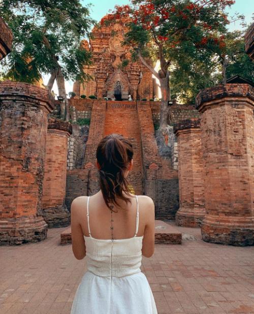 Cũng trong chuyến du lịch Nha Trang, kiều nữ tới thăm tháp Po Nagar - một địa danh không thể bỏ qua, cách trung tâm thành phố khoảng 2 km. Công trình có kiến trúc độc đáo của những ngôi đền Chăm Pa, nằm bên bờ sông cùng ngọn tháp cao 23 m.