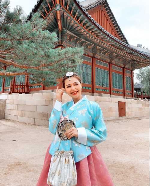 Phương Anh có thú vui cosplay mỗi khi đi du lịch. Tới Hàn Quốc, người đẹp cũng tranh thủ cơ hội thuê hanbok và trang điểm giống thiếu nữ cổ trang xứ sở kim chi. Nữ diễn viên có nhiều trải nghiệm thú vị trong chuyến đi này như mua sắm ở Myeongdong, dạo phố Gangnam...