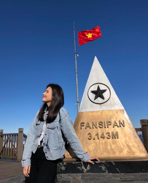 Phương Anh cũng không kém cạnh các hot blogger khi có kiểu ảnh kinh điển, check in bằng cáp treo ở nóc nhà Đông Dương - đỉnh Fansipan. Thời tiết trong suốt chuyến đi thay đổi không ngừng, ở dưới thị trấn thì sương mù dày đặc nhưng lên tới đỉnh thì trời xanh mây trắng nắng ngập tràn.
