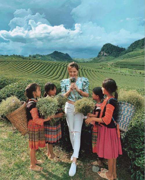 Nữ diễn viên vui vẻ chơi đùa cùng các em nhỏ vùng cao. Cô từng chia sẻ:Phải nói là Việt Nam mình quá đẹp và cho biết ý định muốn chinh phục nhiều điểm đến khắp cả nước.