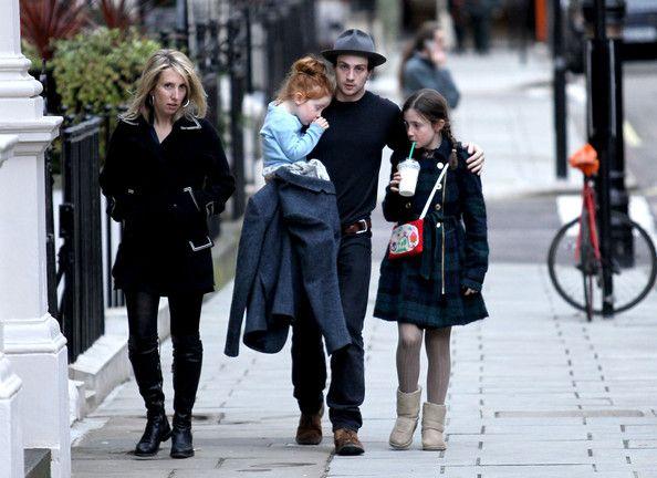 Sam đi dạo cùng Aaron và hai người con riêng của vợ từ cuộc hôn nhân đầu của cô với doanh nhân Jay Joplin.