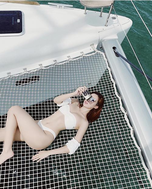 Áo bơi khoe trọn 3 vòng và đường cong gợi cảm giúp Đỗ Mỹ Linh hút mắt hơn.
