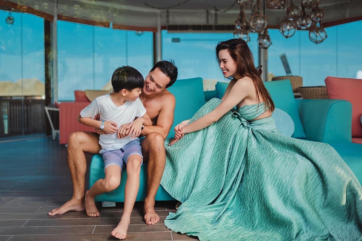 Ngược lại, Subeo và Kim Lý - bạn trai của mẹ Hà - cũng rất quấn quýt.Kim Lý luôn quan tâm, chăm sóc con trai của người tình.
