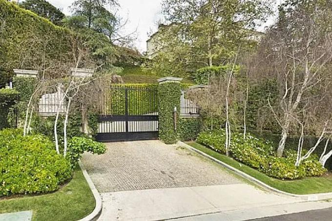 Lối vào căn biệt thự được phủ kín bởi cây xanh và