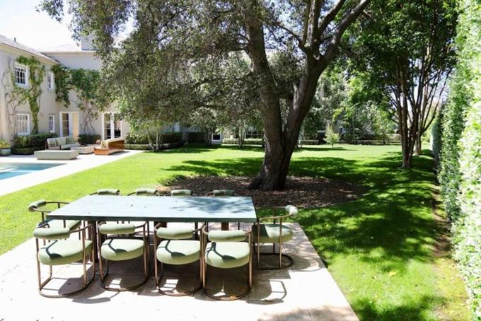 Trang bất động sản Zillow đã tiết lộ một số khung cảnh bên ngoài thuộc khu vực hồ bơi, sân tennis cho
