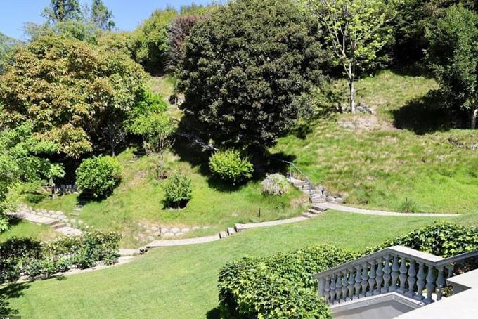 Ngoài khoảng sân rộng lớn bằng phẳng, bất động sản này còn có vườn cây ăn trái ba