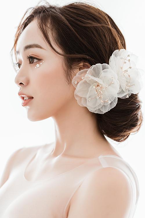 Các gam màu pastel như hồng cam, cam đào... vẫn là lựa chọn hàng đầu bởi nó tôn được nét trẻ trung, năng động cho nàng dâu hiện đại.