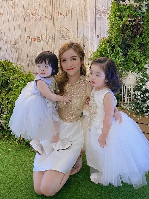 Bảo Ngọc bên cạnh hai con gái Gà (phải) và Cún.