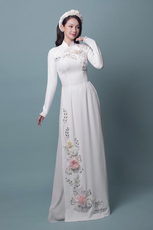 Các đóa hoa 3D sống động như thật trên tà áo lụa giúp thu hút điểm nhìn, khiến cô dâu nổi bật trong khung hình.