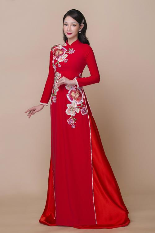 Các tấm áo trong bộ sưu tập được NTK Minh Châu áp dụng kỹ thuật may hiện đại, kết hợp cùng kiểu thêu họa tiết hoa nổi bật trên nền phom dáng truyền thống, tôn vẻ đẹp phụ nữ Việt.