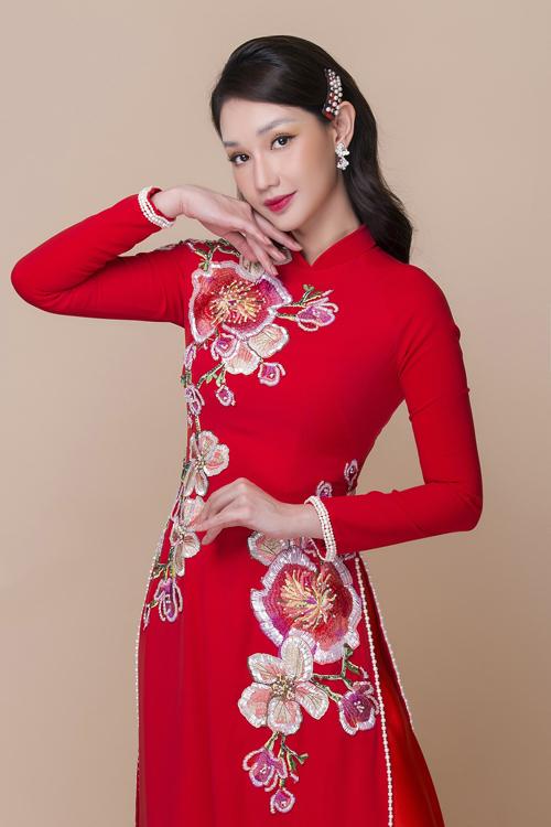 Quỳnh Chi có dịp diện tấm áo dài cô dâu khi giới thiệu các thiết kế nằm trong bộ sưu tập mới của Minh Châu. Đây cũng là lần hiếm hoi mà Quỳnh Chi quyết định chụp ảnh thời trang sau khi vắng bóng trên sàn diễn bởi tình yêu với quốc phục dân tộc.
