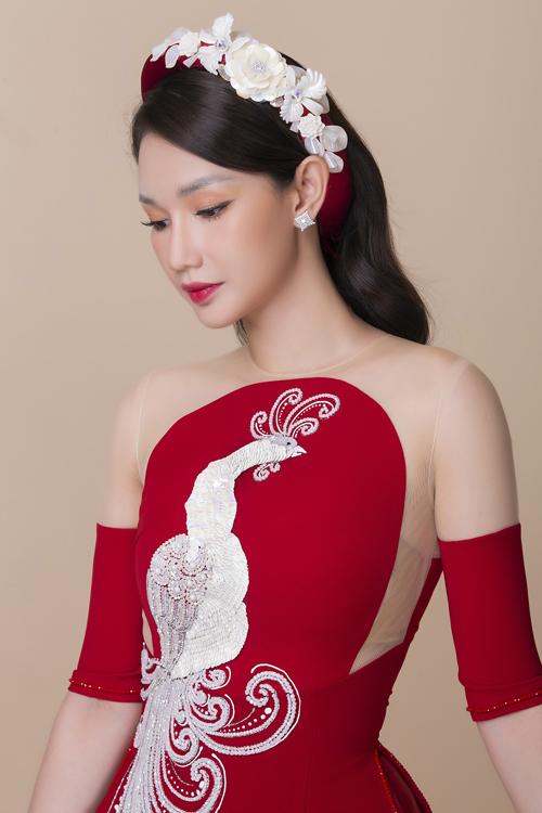 Bài toán khó nhất mà Minh Châu đặt ra cho mình ở bộ sưu tập lần này là chi tiết lưới mỏng kết hợp với vải lụa. Với anh, việc cách điệu tấm áo truyền thống được thực hiện một cách có chừng mực, phù hợp văn hóa mà vẫn đem đến sự mới mẻ. Anh kết hợp vải lưới ở phần vai, tay áo giúp cô dâu có trang phục vừa hiện đại, vừa cổ điển, hướng đến xây dựng hình ảnh phái đẹp thời đại mới.