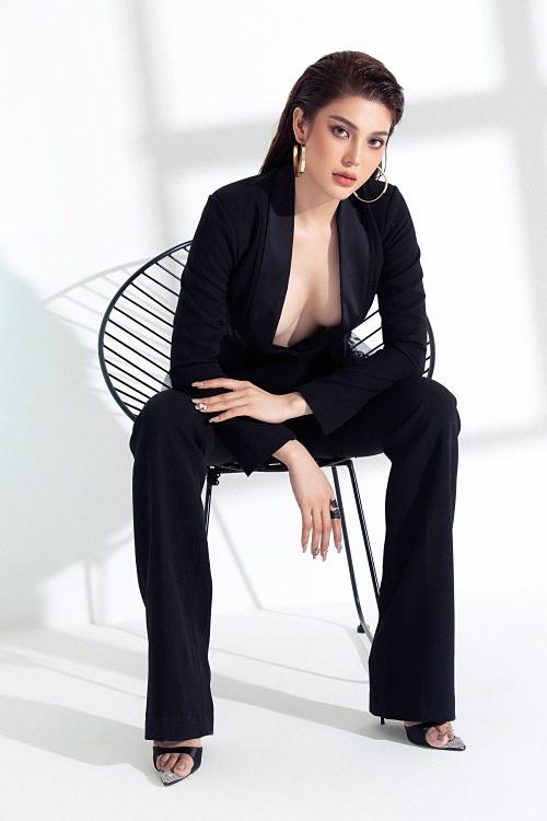 Nữ ca sĩ chọn diện trang phục menswear, hở ngực táo bạo