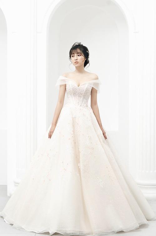 Váy xòe nhẹ phù hợp với vóc dáng nhỏ nhắn phổ biến của cô dâu Việt.
