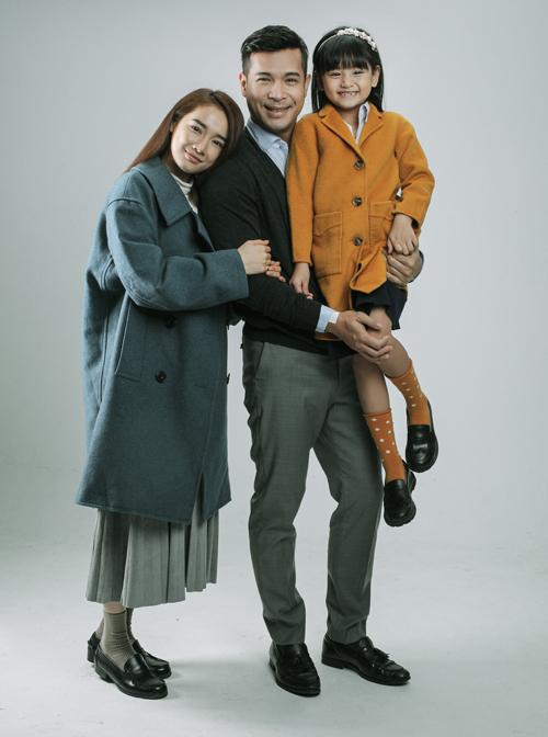 Nhã Phương - Trương Thế Vinh và bé Mona Bảo Tiên đóng một gia đình hạnh phúc trong Song song.