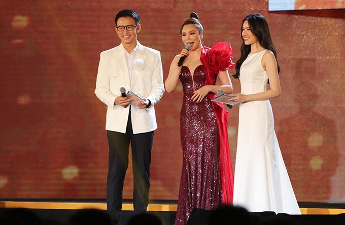 MC Quang Bảo và Thanh Thanh Huyền mời Quỳnh Hương giao lưu với người hâm mộ. Nữ ca sĩ chia sẻ gặp lại khán giả sau thời gian ở ẩn cô rất vui và xúc động.