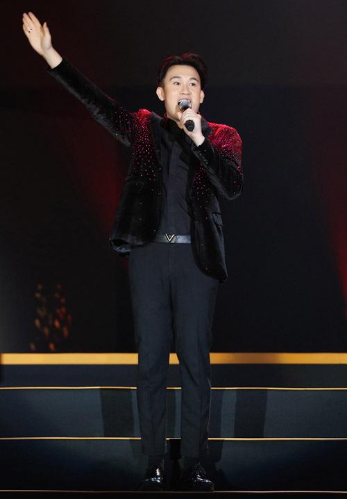 [Caption] Nam ca sĩ Dương Triệu Vũ vừa nhẹ nhàng vừa sôi động với Yêu mãi yêu.
