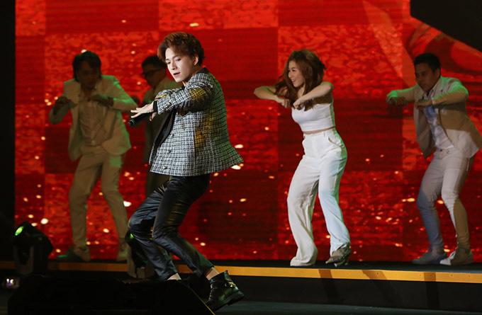 Ngô Kiến Huy thể hiện hit Truyền thái y với vũ đạo sôi động.