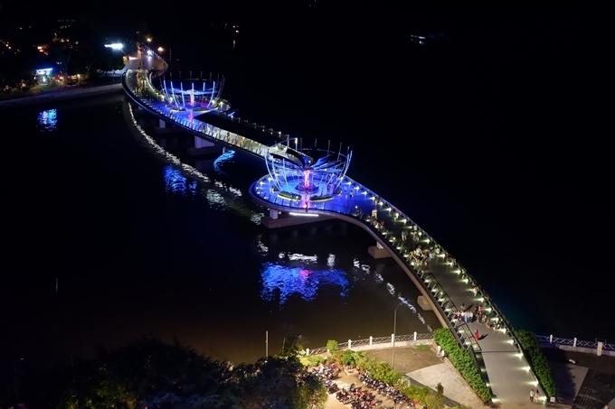 View nhìn ra cầu đi bộ từ khách sạn sát bến Ninh Kiều.