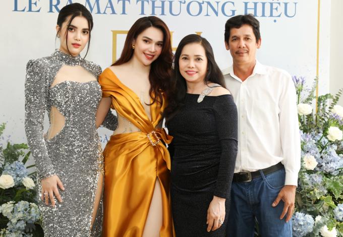 Á hậu Đại dương Diệu Thùy (ngoài cùng bên trái) - em gái Diệu Hân và bố mẹ ủng hộ Hoa hậu Đông Nam Á làm kinh doanh.