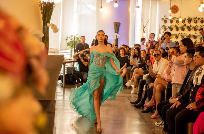 Từ lòng hâm mộ và đam mê với sàn catwalk, mẫu nhí Alexandra Matheson đã đầu quân về học viện người mẫu do Võ Hoàng Yến thành lập.