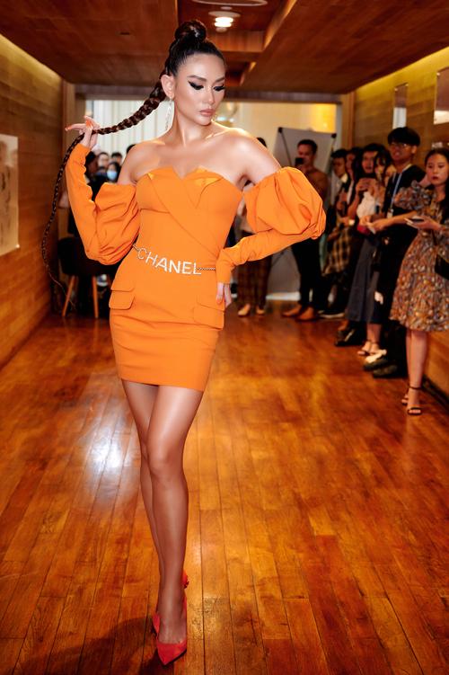 Siêu mẫu Võ Hoàng Yến đầu tư trang phục và hình ảnh kỹ lưỡng cho buổi gặp gỡ fan và bạn bè đồng nghiệp trong chương trình kỷ niệm 15 năm theo đuổi nghề mẫu.
