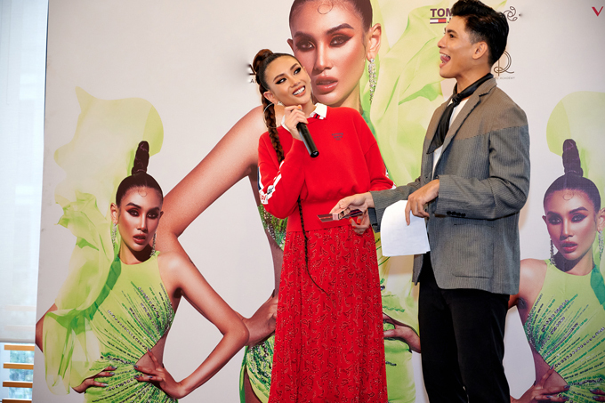 Xuất hiện trên sân khấu để giao cùng khách mời, Võ Hoàng Yến lại gây ấn tượng với phong cách trẻ trung, gần gũi. Áo hoodie, sơ mi và chân váy được siêu mẫu mix-match hài hòa.