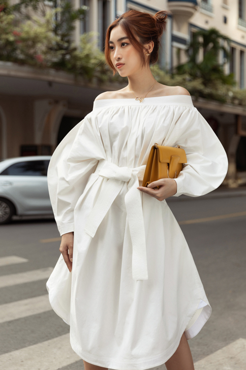 Đầm thắt eo vừa cá tính vừa sexy giúp Đỗ Mỹ Linh làm mới phong cách street style.