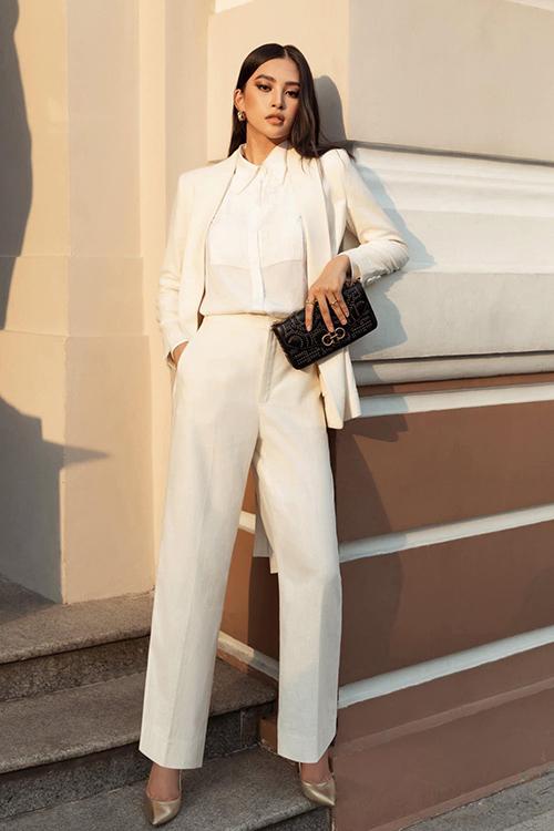 Khác hẳn hình ảnh khoẻ khoắn khi diện short jeans, áo thun đơn giản, Tiểu Vy thể hiện phong cách trang nhã và hiện đại với suit cắt may tinh tế.