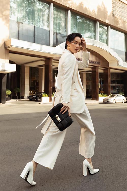 Ngoài lối phối phụ kiện đồng màu với trang phục, Khánh Linh và các sao Việt còn mix-match váy áo tông trắng theo nhiều cách khác nhau.
