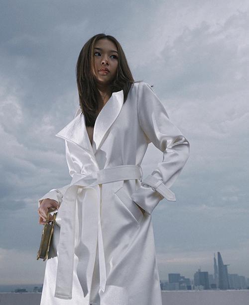 Phí Phương Anh cũng hoà cùng trào lưu diện tông trắng xuống phố với trang phục biến tấu từ trench coat.
