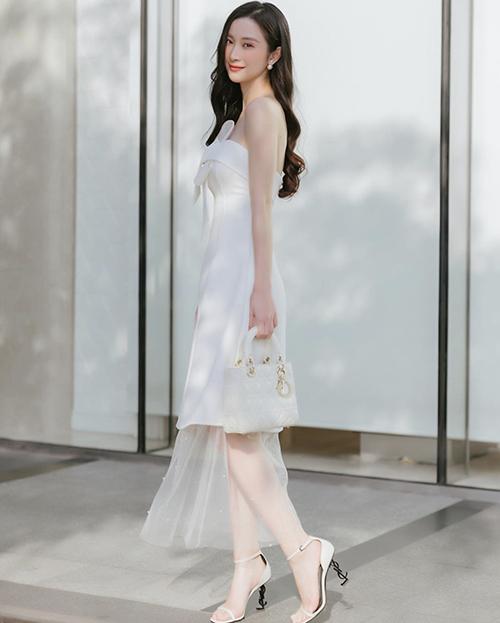 Jun Vũ khoe vẻ đẹp mong manh khi xuống phố với set đồ tiệp sắc trắng. Túi Dior, giày cao gótYves Saint Laurent được diễn viên lựa chọn để phối đồ.