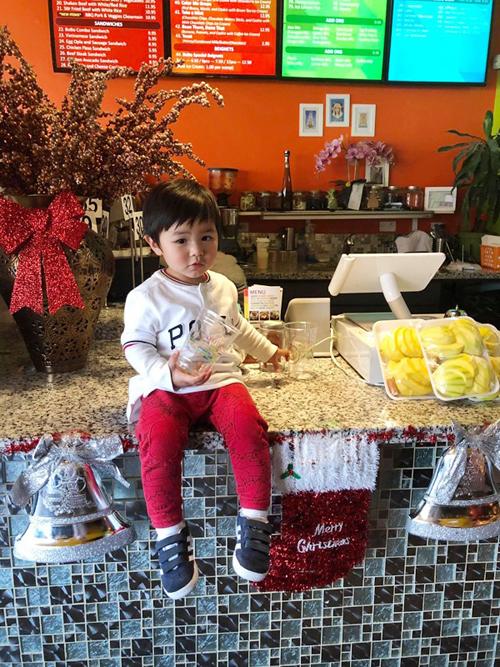 Thiên Từ được khen gu ăn mặc sành điệu, như fashionista nhí vì mẹ bé hàng tuần đều đầu tư quần áo cho con, phù hợp điều kiện gia đình