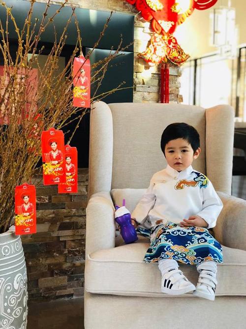 Thiên Từ được bố mẹ diện áo dài dịp Tết. Em được đi du lịch cùng bố mẹ để có thật nhiều trải nghiệm, biết cách sống, san sẻ yêu thương.