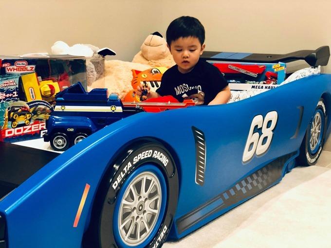 Đan Trường cho biết cậu bé có niềm đam mê lớn với ôtô. Vì thế, vào dịp sinh nhật, bé hay nhận được ôtô đồ chơi từ mọi người.