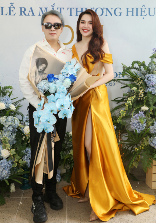 Nhà thiết kế Văn Thành Công tới chúc mừng Diệu Hân.
