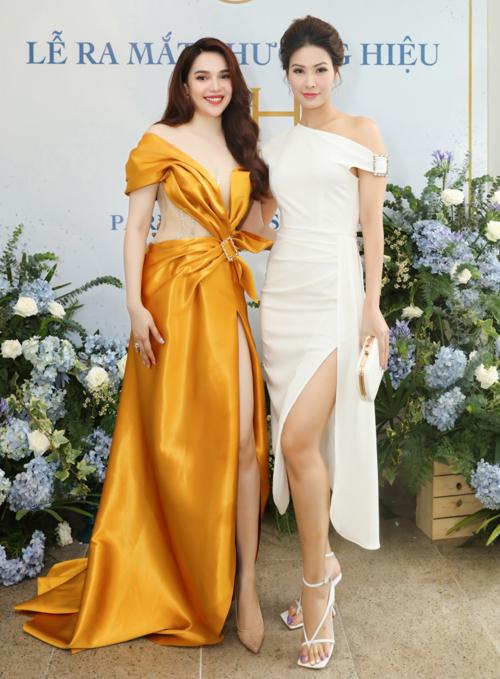 Á hậu Thanh Hoài mặc ton-sur-ton trắng đến ủng hộ cô em đồng nghiệp.