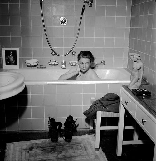 Lee Miller thư giãn trong bồn tắm ở căn hộ của Hitler.