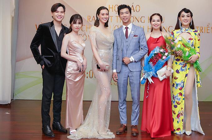 Khánh My, Lâm Khánh Chi chụp ảnh kỷ niệm cùng một số thành viên ban tổ chức cuộc thi New Face 2020.