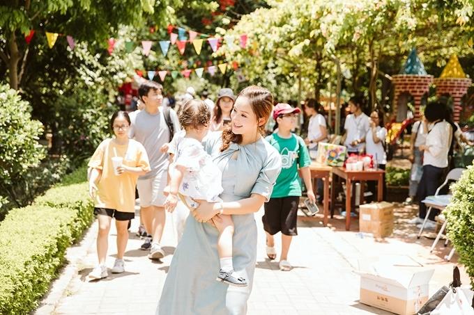 Giữa những ngày quay phim ở TP HCM, Lan Phương đưa con gái cùng bay ra Hà Nội dự sự kiện.