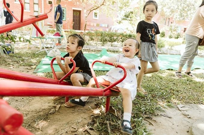 Lina thích mê trò bập bênh trong khuôn viên làng trẻ.