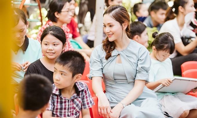 Tới làng trẻ SOS trong Ngày Gia đình Việt Nam, Lan Phương xúc động khi nhìn vẻ ngây thơ, vui cười của các em nhỏ mồ côi tại đây. Chuyến đi ngắn khiến tôi đủ suy ngẫm về giá trị của gia đình. Tôi nghĩ Ngày Gia đình cũng là dịp để những ông bố, bà mẹ trân trọng và nghĩ nhiều hơn về tổ ấm nhỏ của mình. Chúng ta cần dành nhiều tình yêu thương, động viên, cổ vũ, trò chuyện cùng con, qua đó để bé thấy bố mẹ vẫn luôn bên cạnh mình, nữ diễn viên tâm sự.