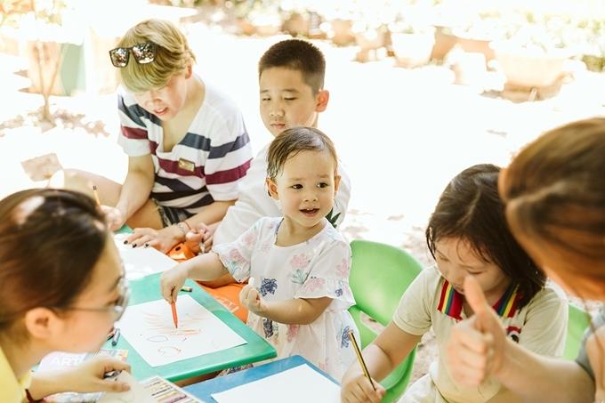 25 tháng tuổi, bé Lina cứng cáp và dạn dĩ. Cô bé thích thú với môn tô màu.